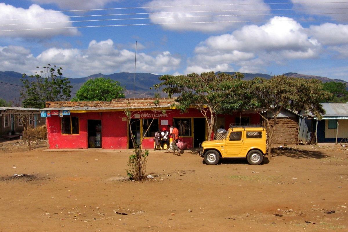 Pri manjši trgovini v Namangi smo stali zaradi razštelanega končnika.